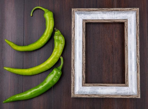 Bovenaanzicht van paprika en frame op houten oppervlak
