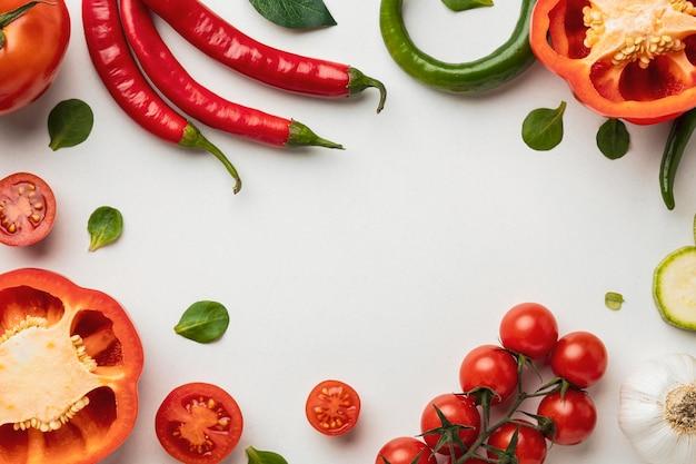 Bovenaanzicht van paprika met tomaten en chilipepers