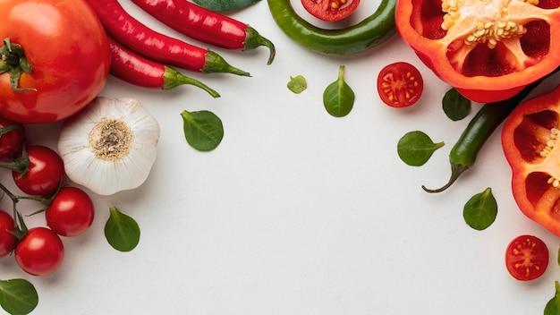 Bovenaanzicht van paprika met tomaten en knoflook