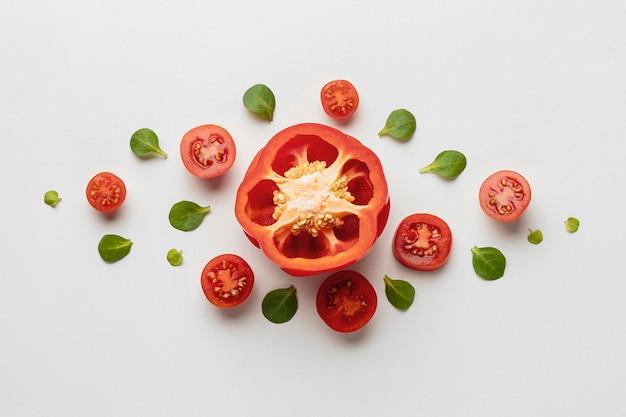 Bovenaanzicht van paprika met tomaten