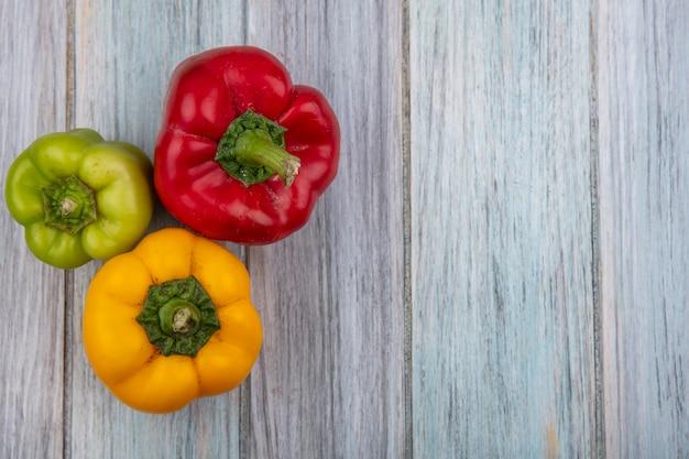 Bovenaanzicht van paprika op houten achtergrond met kopie ruimte