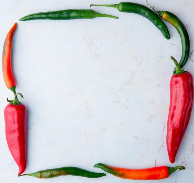 Bovenaanzicht van paprika's in vierkante vorm op witte achtergrond met kopie ruimte