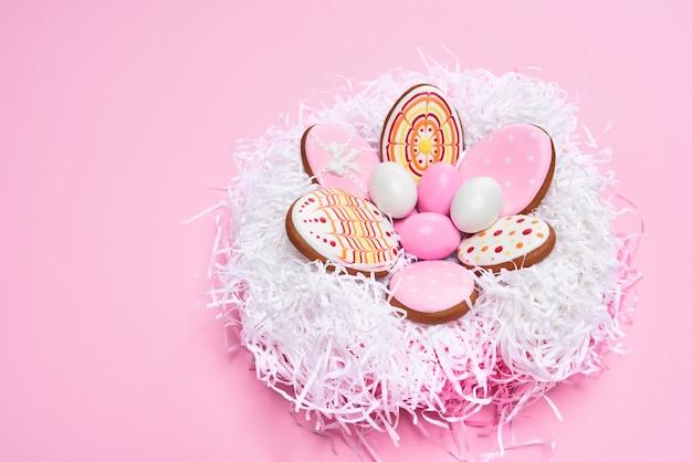 Bovenaanzicht van pasen gekleurde eieren en koekjes
