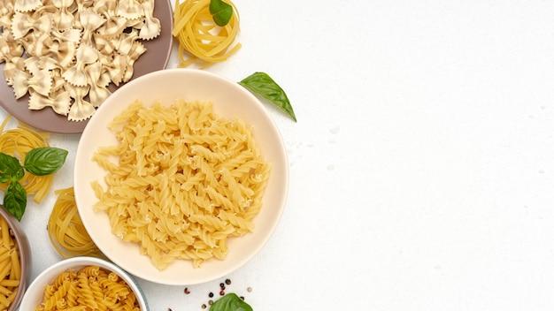 Bovenaanzicht van pasta in kommen met kopie ruimte