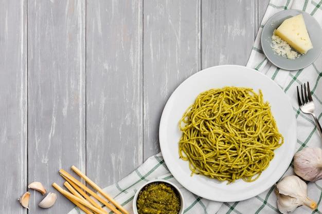 Bovenaanzicht van pasta met soepstengels