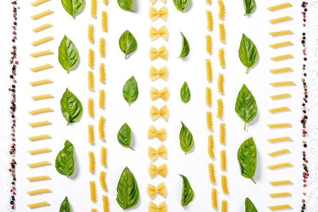 Bovenaanzicht van pasta regeling op witte achtergrond