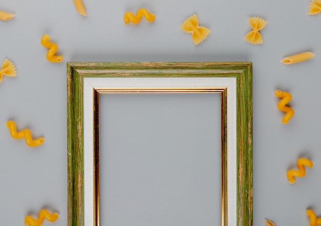 Bovenaanzicht van pasta rond een leeg frame