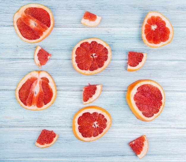Bovenaanzicht van patroon van gesneden grapefruits op houten tafel