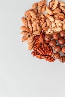 Bovenaanzicht van pecannoten, paranoten, cashewnoten, amandelen en macadamianoten. juiste voedingssamenstelling