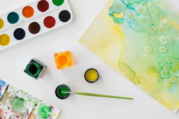 Bovenaanzicht van penseel en aquarel