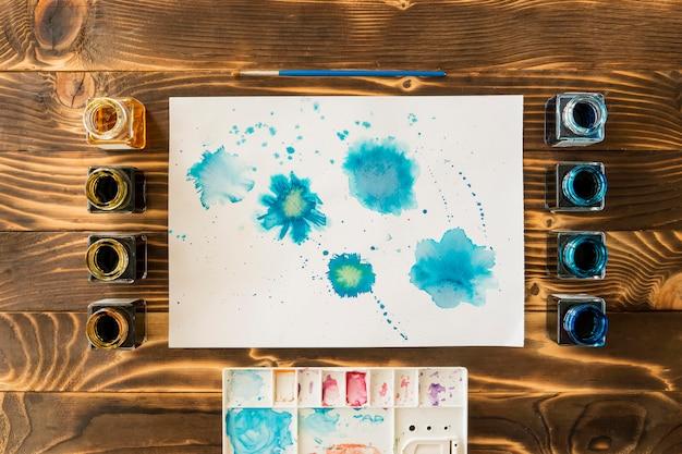 Bovenaanzicht van penseel met aquarel set