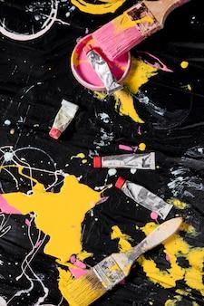 Bovenaanzicht van penselen met gekleurde verf