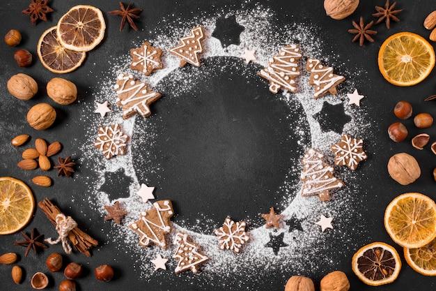 Bovenaanzicht van peperkoekkoekjes krans met gedroogde citrus en noten