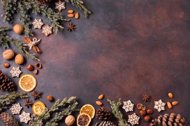 Bovenaanzicht van peperkoekkoekjes met dennenappels en gedroogde citrus