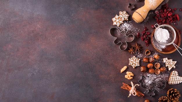 Bovenaanzicht van peperkoekkoekjes met noten en kopieer de ruimte