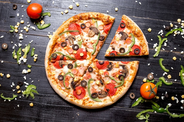 Bovenaanzicht van pepperoni pizza in zes plakjes gesneden