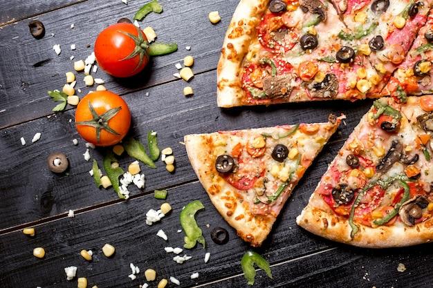Bovenaanzicht van pepperoni pizza met sesam hagelslag