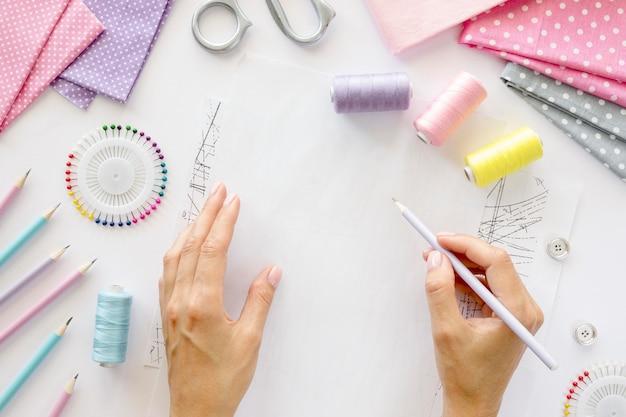 Bovenaanzicht van persoon die kledingstuk ontwerpt om te naaien