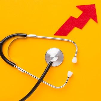 Bovenaanzicht van pijl met stethoscoop
