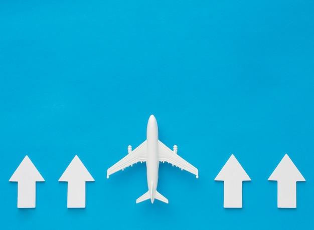 Bovenaanzicht van pijlen en vliegtuig die omhoog wijst