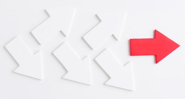 Bovenaanzicht van pijlen na rode pijl