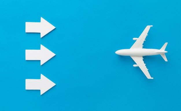 Bovenaanzicht van pijlen tegenover vliegtuig