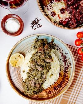 Bovenaanzicht van pilaf met gestoofde vleeskruiden en specerijen
