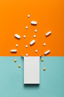 Bovenaanzicht van pillen die uit doos komen