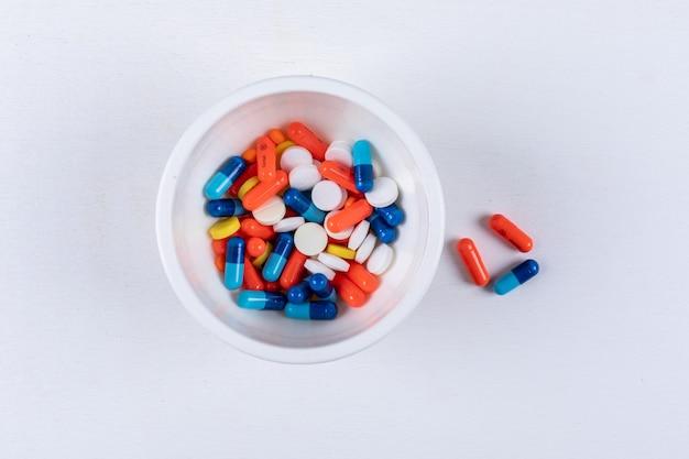 Bovenaanzicht van pillen in kom