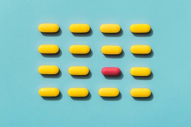 Bovenaanzicht van pillen met gekleurde