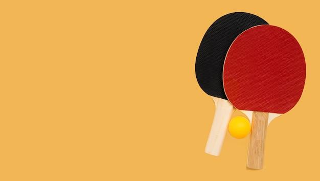 Bovenaanzicht van pingpongbal met peddels en kopie ruimte
