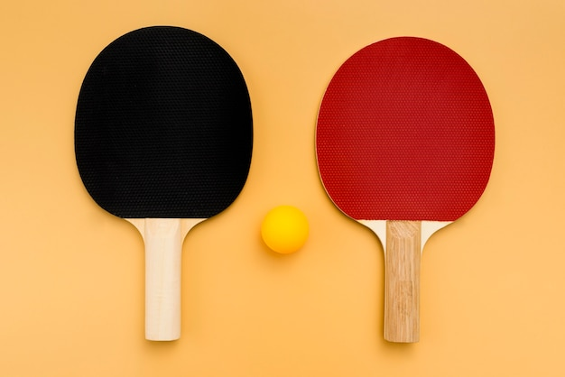 Bovenaanzicht van pingpongpeddels met bal