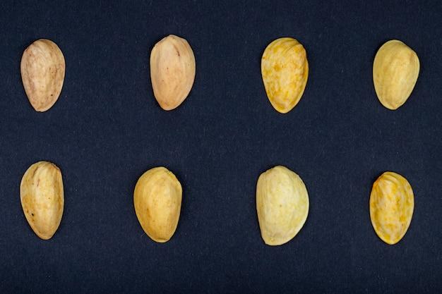 Bovenaanzicht van pistache shell geïsoleerd op een zwarte achtergrond