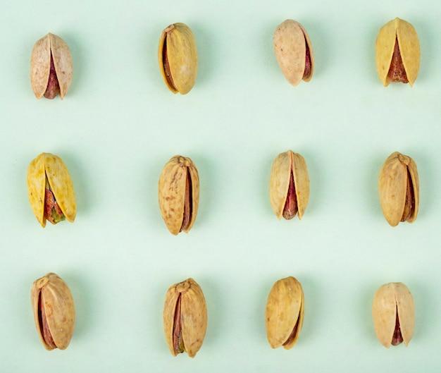 Bovenaanzicht van pistachenoten geïsoleerd op een witte achtergrond