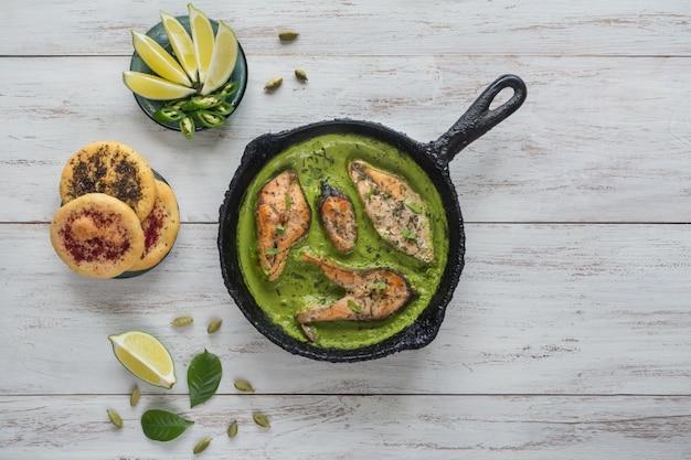 Bovenaanzicht van pittige en hete bengaalse vis curry. indiaans eten. viscurry met groene chili, curryblad, kokosmelk. aziatische keuken.