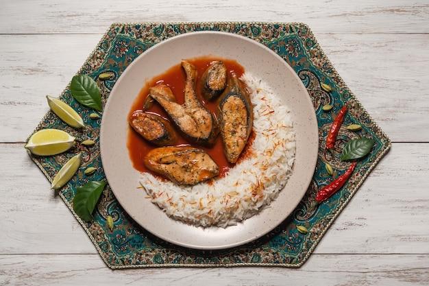 Bovenaanzicht van pittige en hete bengaalse vis curry. indiaans eten. viscurry met rode chili, curryblad, kokosmelk. aziatische keuken.