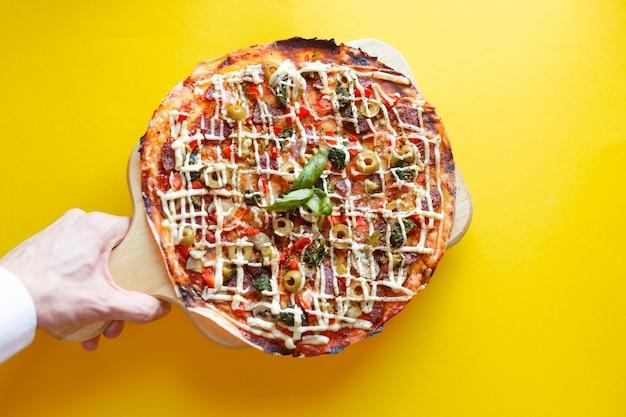 Bovenaanzicht van pizza geïsoleerd en uitknippad.