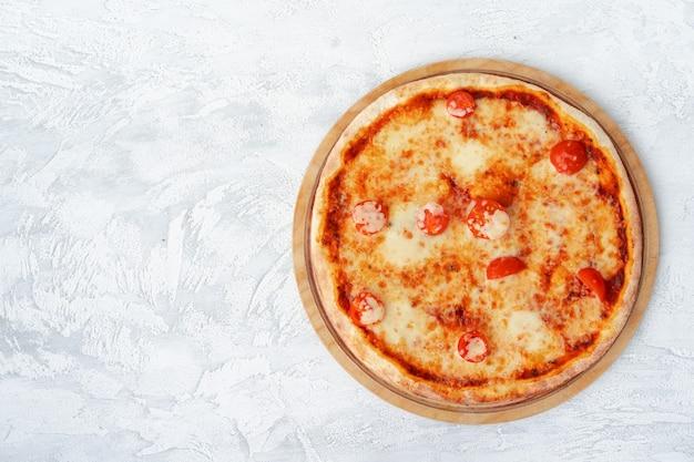 Bovenaanzicht van pizza margherita op grijze ondergrond