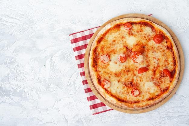 Bovenaanzicht van pizza margherita op grijze oppervlaktetafel