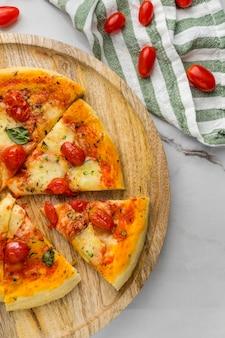 Bovenaanzicht van pizza met tomaten