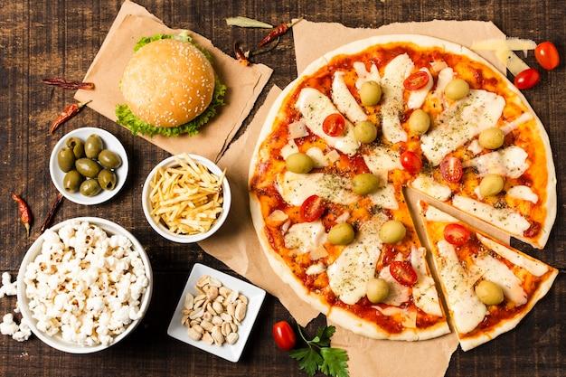 Bovenaanzicht van pizza op houten tafel