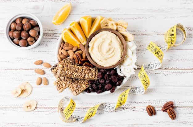 Bovenaanzicht van plaat met assortiment van noten en meetlint