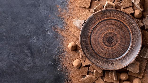 Bovenaanzicht van plaat met chocolade en cacaopoeder