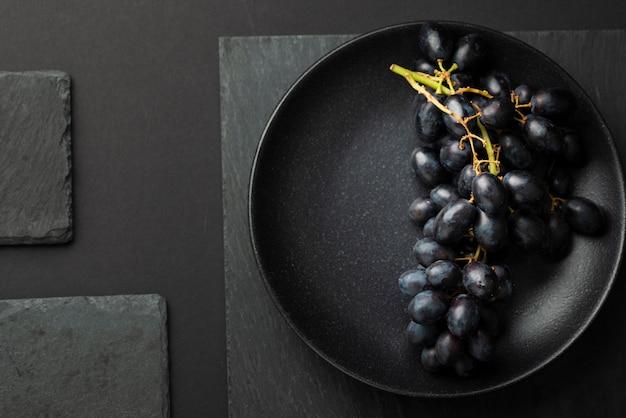 Bovenaanzicht van plaat met druiven broodje