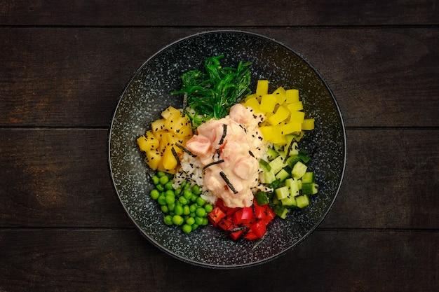 Bovenaanzicht van plaat met ingrediënten voor de salade