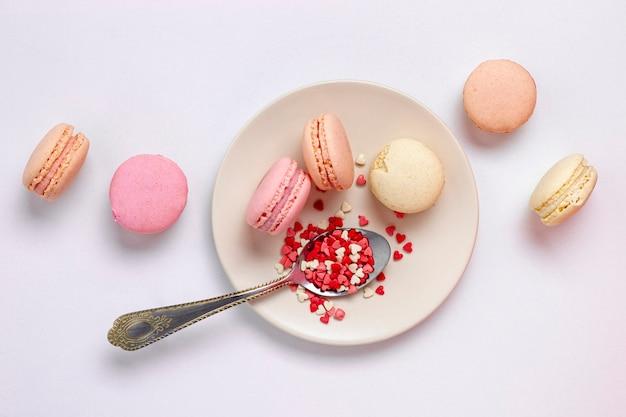 Bovenaanzicht van plaat met macarons en lepel