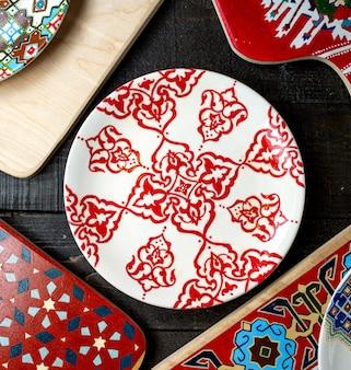 Bovenaanzicht van plaat met ornamenten in rood