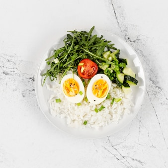 Bovenaanzicht van plaat met rijst en eieren