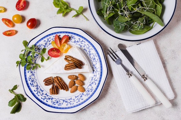 Bovenaanzicht van plaat met walnoten en salade