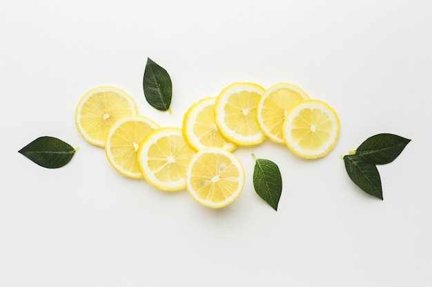 Bovenaanzicht van plakjes citroen met bladeren